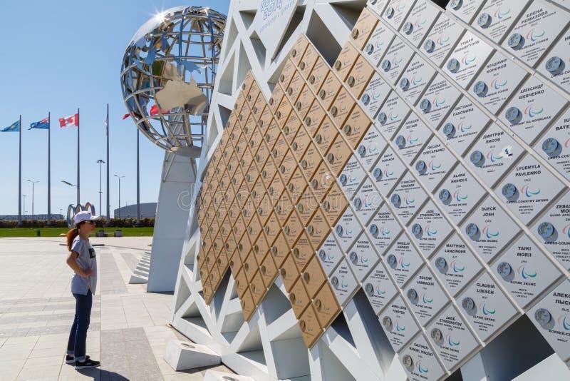 Стена чемпионов на которых напишите все имена победителей XII олимпийского и игр Paralympic в парке Сочи олимпийском стоковое фото rf