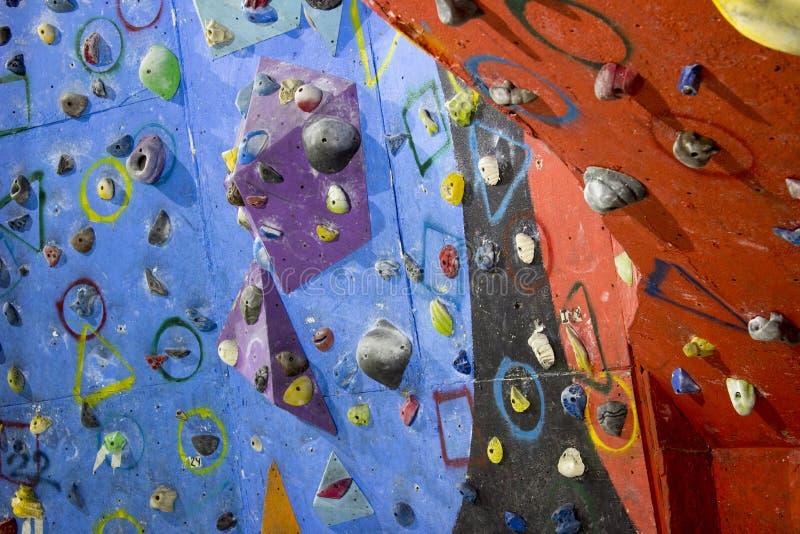 Стена Cimbing взбираясь спортзала стоковые фото
