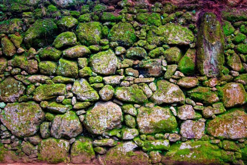 Стена Grunge каменная с скачками картиной стоковая фотография