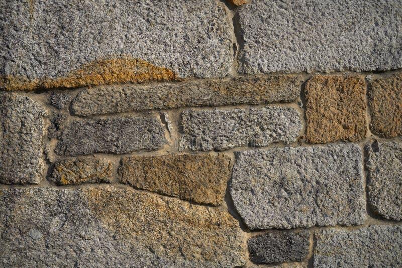 Стена masonry гранита каменным бить молотком молотком кустом стоковые фото