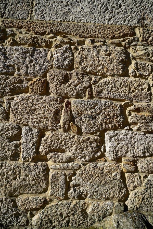 Стена masonry гранита каменным бить молотком молотком кустом стоковое фото