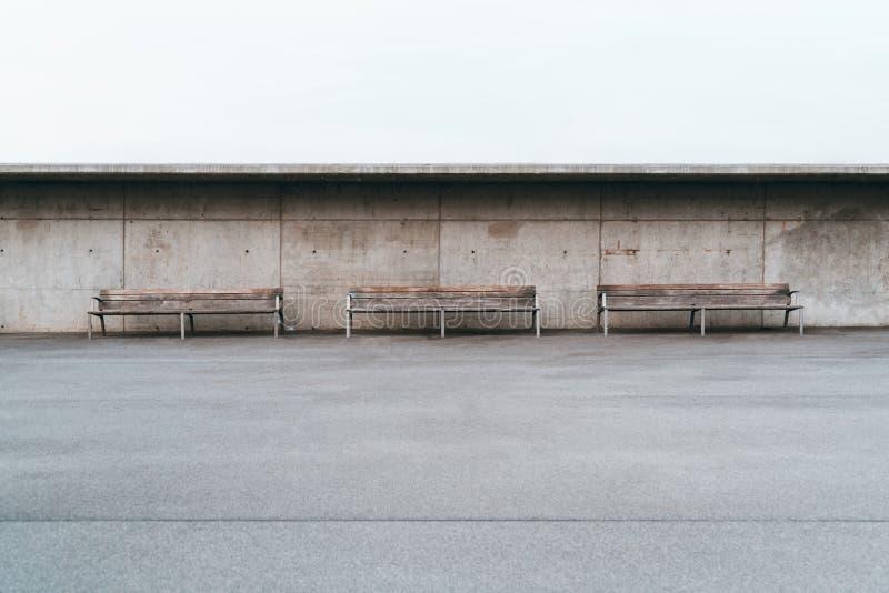 3 стенда пустых улицы внешних с бетонной стеной позади стоковые изображения