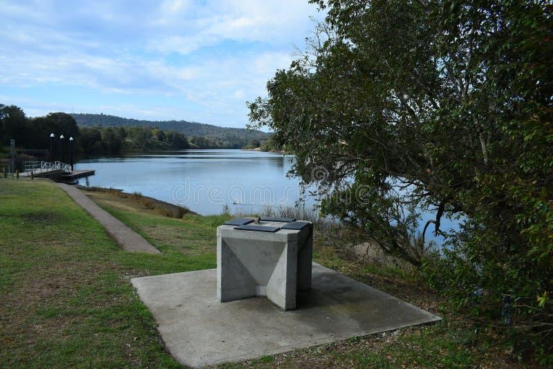 Стенд конкретных рыб очищая в парке реки стоковое изображение