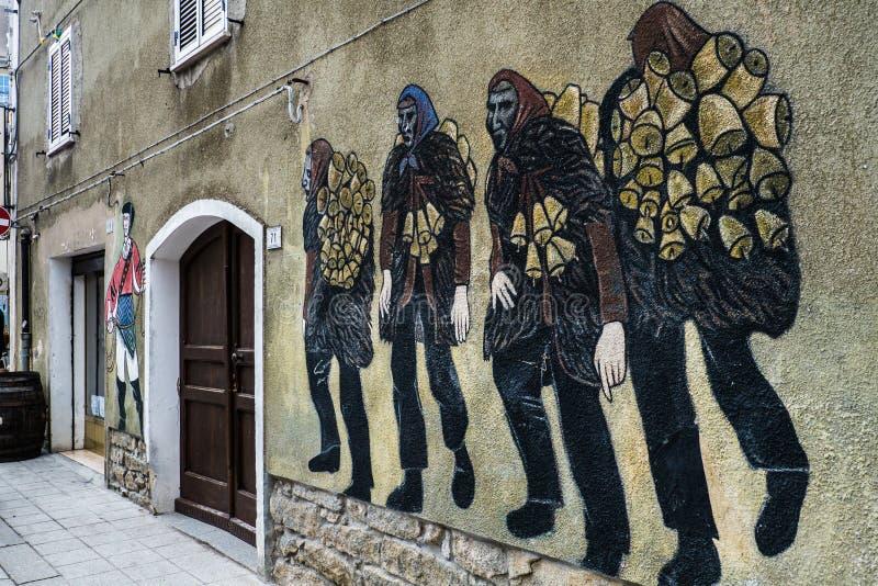 01-18-2018 - стенная роспись mamuthones, традиционная маска в масленице Mamoiada, Нуоро, Сардиния, Италия стоковая фотография rf