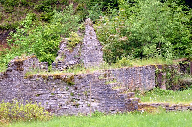 Стены в руинах бывшей плавильни стоковые изображения rf