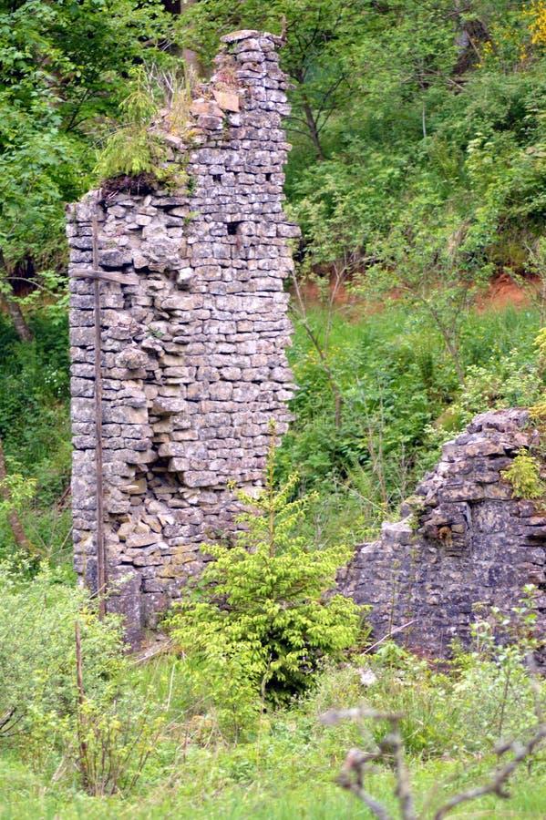 Стены в руинах бывшей плавильни стоковые фото