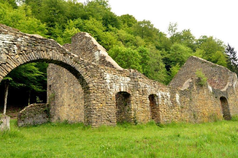 Стены в руинах бывшей плавильни стоковое изображение rf