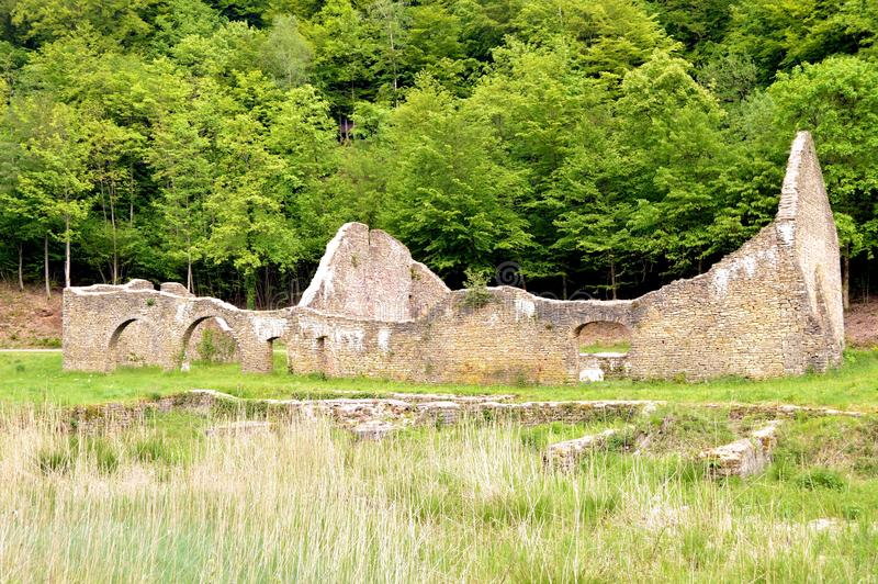 Стены в руинах бывшей плавильни стоковая фотография