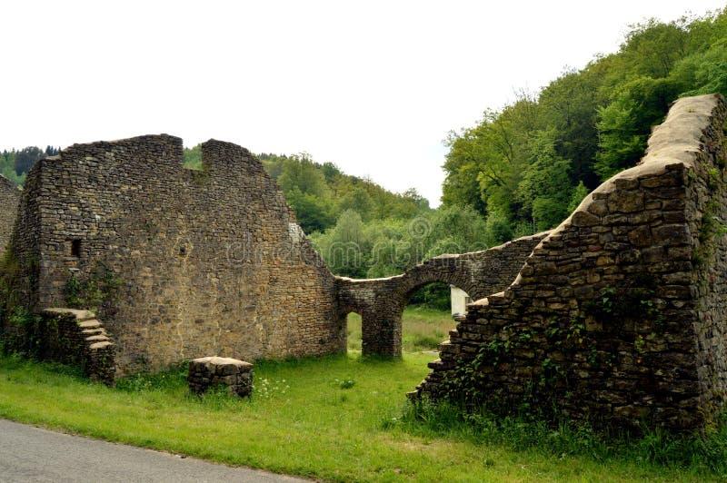Стены в руинах бывшей плавильни стоковая фотография rf