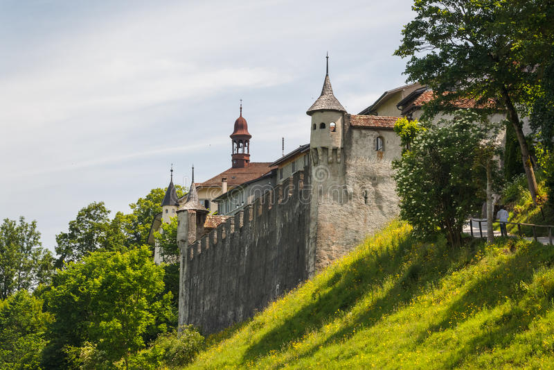 Стены города и строб старого городка Gruyeres стоковые фотографии rf