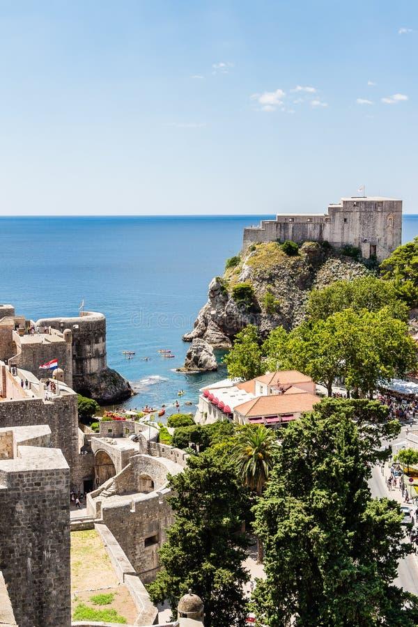 Стены города и форт Lovrijenac защищая старый городок в Дубровнике, c стоковое изображение