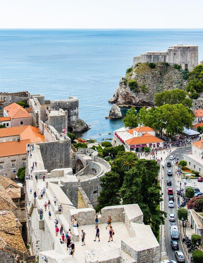 Стены города и форт Lovrijenac защищая строб кучи в Дубровнике, стоковые изображения