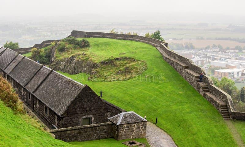 Стены двора и обороны замка Стерлинга, который будут идти вокруг в сезон осени, Шотландию стоковые фотографии rf