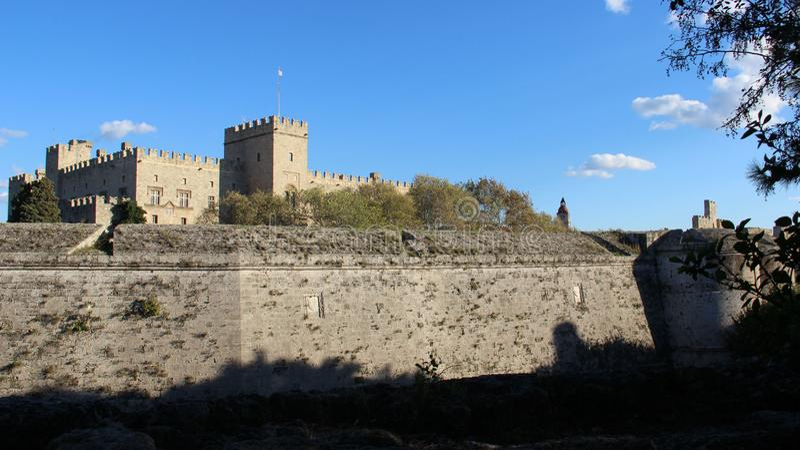 Стены исторической достопримечательности средневековые взгляд городка Италии dolce aqua средневековый стоковое изображение