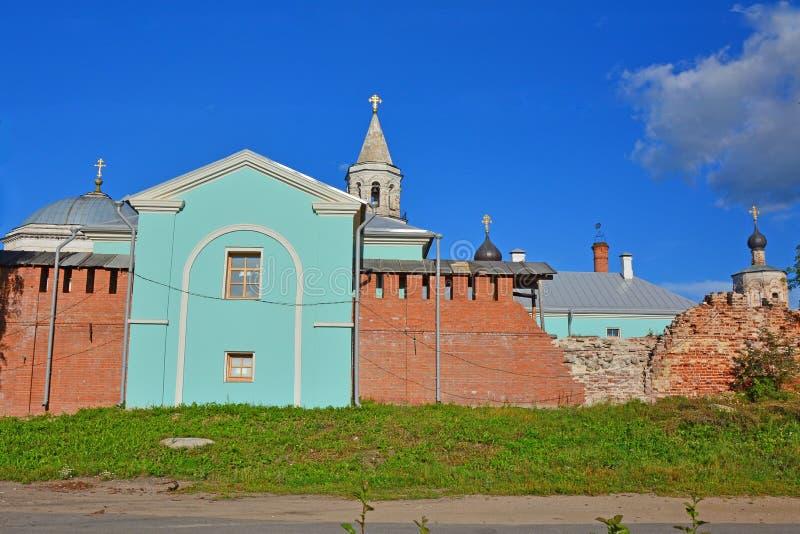 Стены и куполы церков монастыря Borisoglebsk в городе Torzhok, России стоковые изображения rf