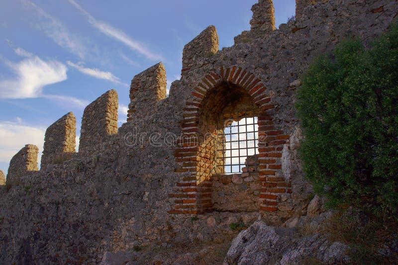 Стены и строб крепости Seljuk в Alanya стоковое изображение