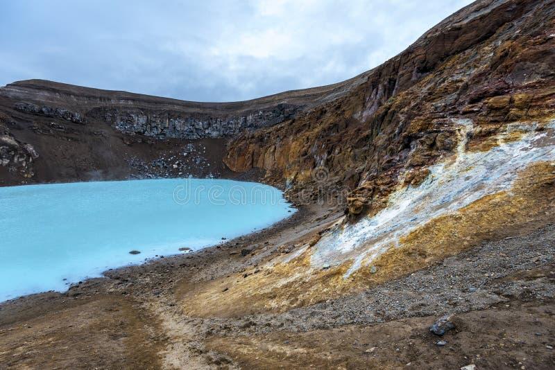 Стены кратера Viti с геотермическим озером на кальдере Askja в полуночных светах лета Iclandic стоковое фото rf