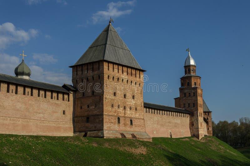 Стены Новгорода Кремля с башней Kokui и башней Pokrovskaya стоковые изображения
