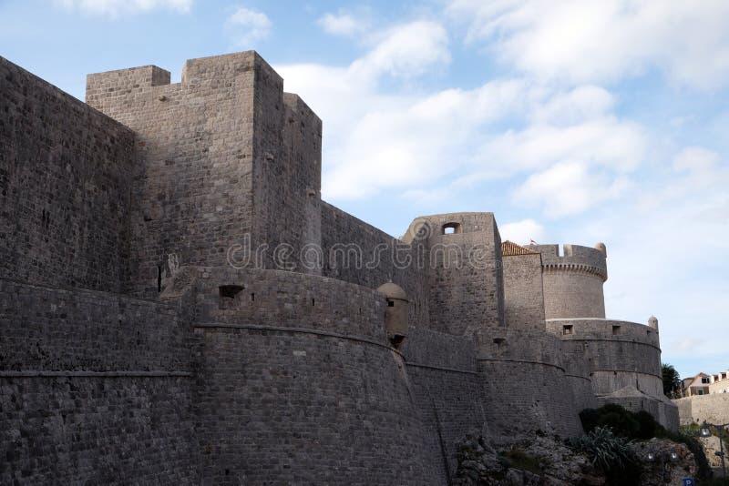 Стены обороны старого городка Дубровника стоковые изображения