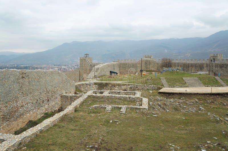 Стены окружая крепость короля Samuil в Ohrid стоковое фото