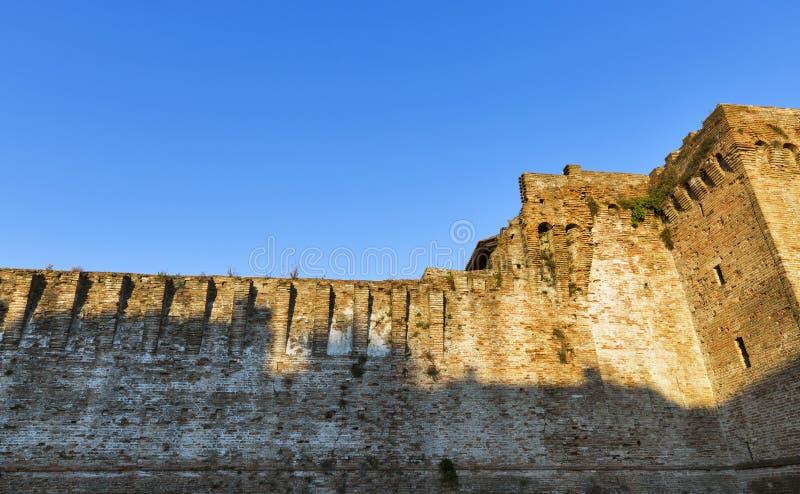 Стены средневекового Sigismondo рокируют в Римини, Италии стоковые изображения