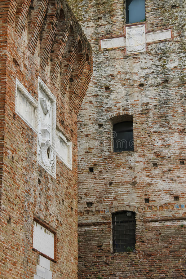 Стены средневекового Sigismondo рокируют (Castello Sidzhizmondo) в r стоковая фотография