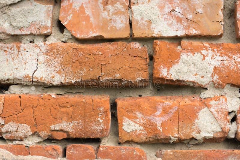 Стены Masonry красных кирпичей с трассировками крошить гипсолит стоковые фото