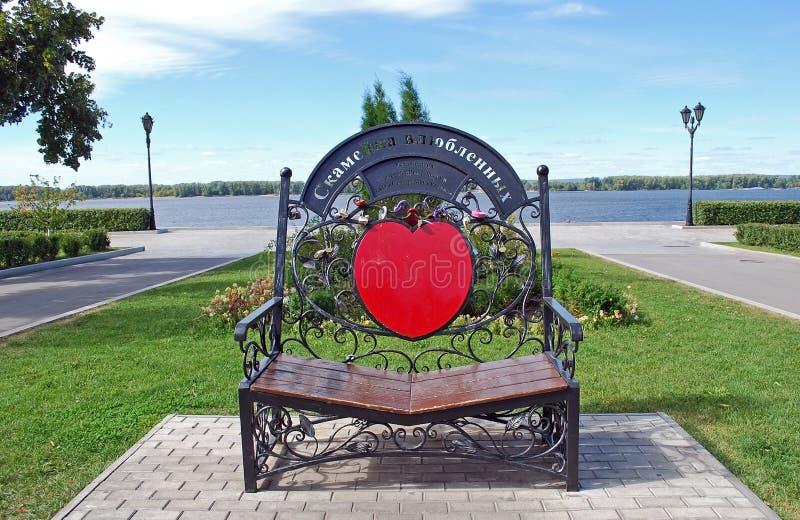 Стенд любовников в парке на обваловке samara Россия стоковая фотография