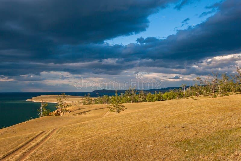 Степь ландшафта с лесом и Lake Baikal стоковые фото