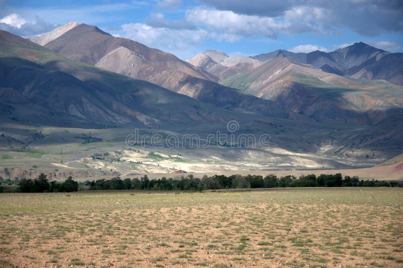 Степь пустыни на ноге красных гор Тракт Chagan-Uzun, марсианские ландшафты, Altai, Сибирь, Россия E стоковая фотография rf