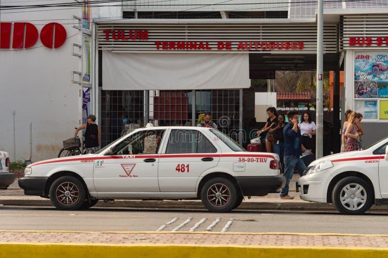 Стержень Autobus СУЕТЫ с туристами и такси стоковая фотография
