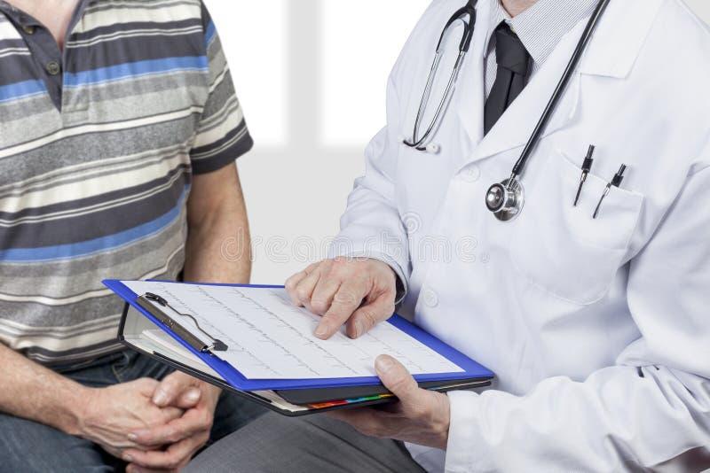 Стетоскоп врача нося проверяя диаграмму с пациентом стоковое фото
