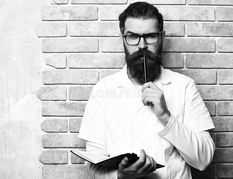 стетоскоп дег микстуры лож принципиальной схемы установленный Бородатый зверский кавказский доктор или аспирантский студент с тет стоковое фото rf