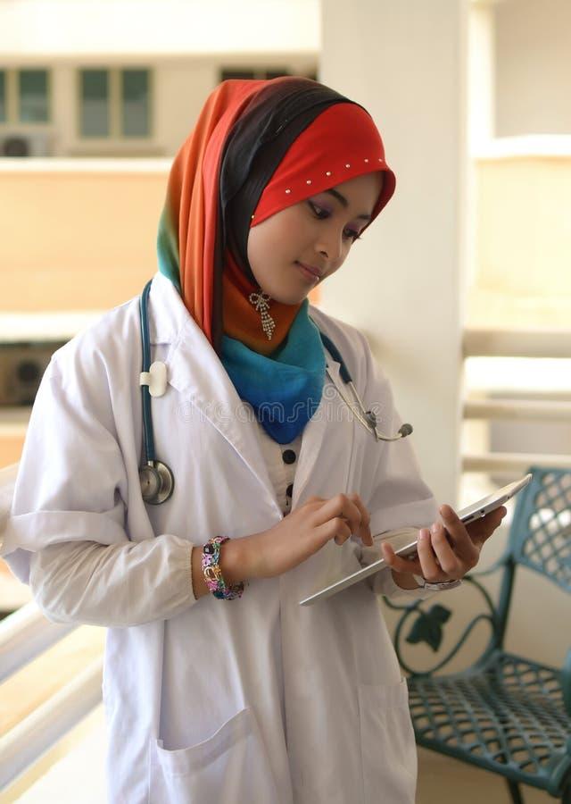 стетоскоп доктора женский мусульманский милый стоковые фото