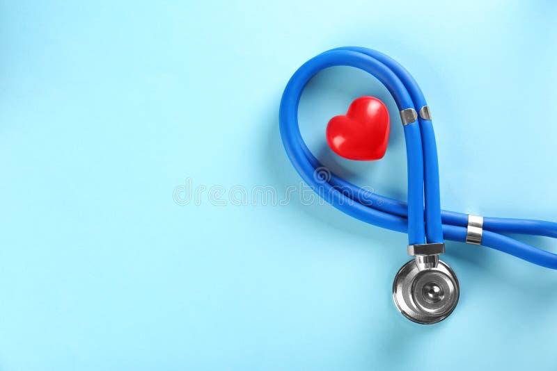 Стетоскоп и малое красное сердце стоковое изображение