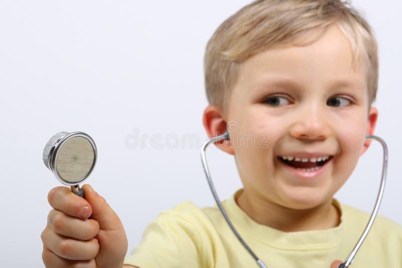 стетоскоп мальчика счастливый стоковое изображение rf