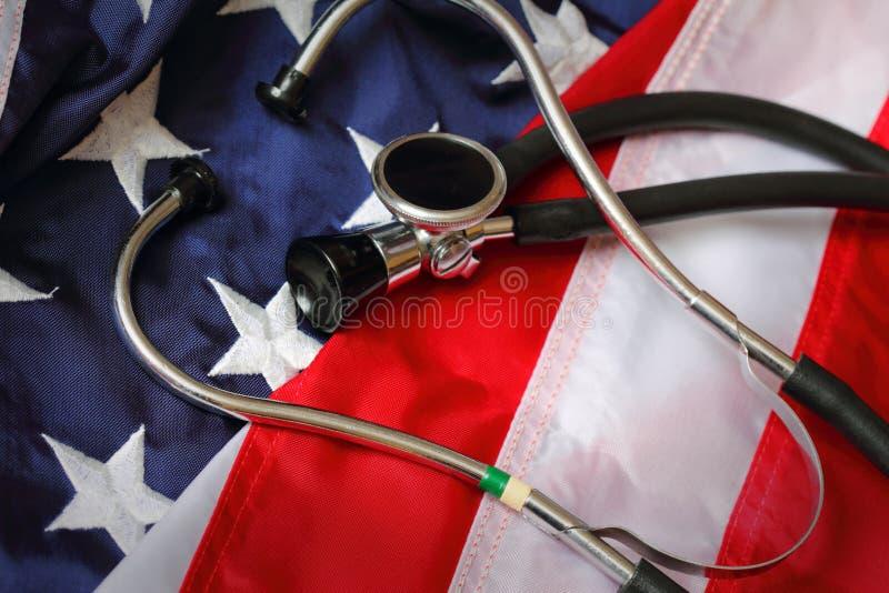 Стетоскоп на государственном флаге США стоковое изображение rf