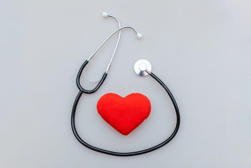 Стетоскоп оборудования медицины или phonendoscope и красное сердце изолиров стоковое изображение