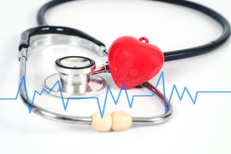 Стетоскоп с красным сердцем на белой таблице вспомогательное оборудование медицинское стоковая фотография rf