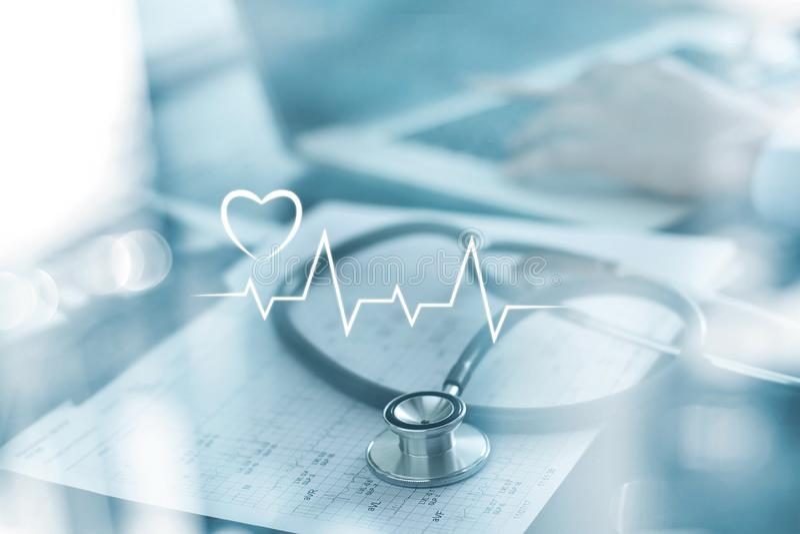 Стетоскоп с отчетом о сердцебиения и доктор анализируя проверку на ноутбуке в лаборатории здоровья медицинской стоковая фотография rf