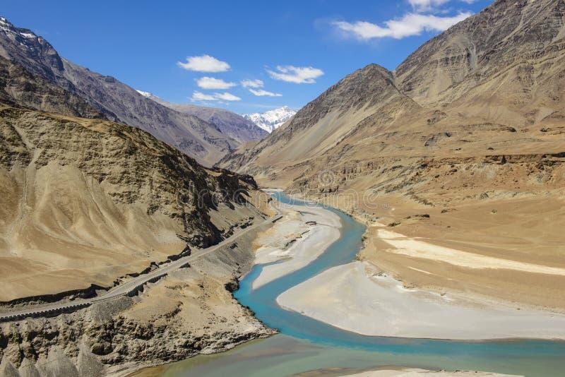 Стечение Zanskar и река Инд стоковая фотография rf