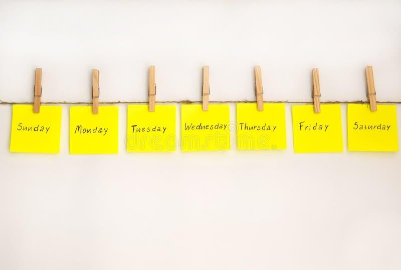 Стикеры примечаний для того чтобы напомнить дни о недели Смешные примечания с покрашенными эмоциями, отражая дни недели Понедельн стоковые изображения rf