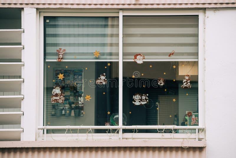 Стикеры рождества на окне стоковые фотографии rf