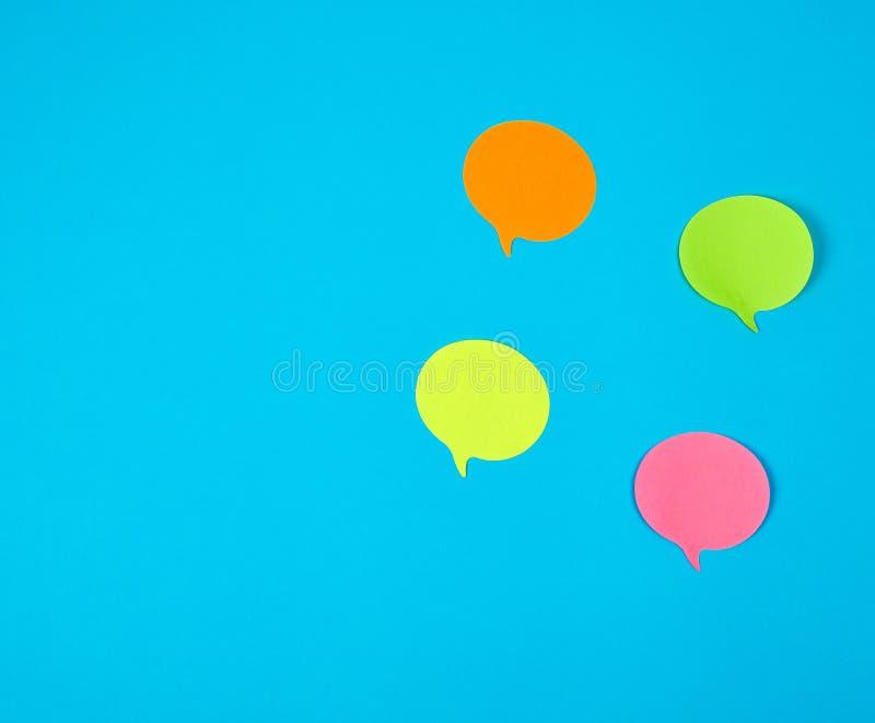 стикеры цвета бумажные на голубой предпосылке, конце вверх стоковое изображение