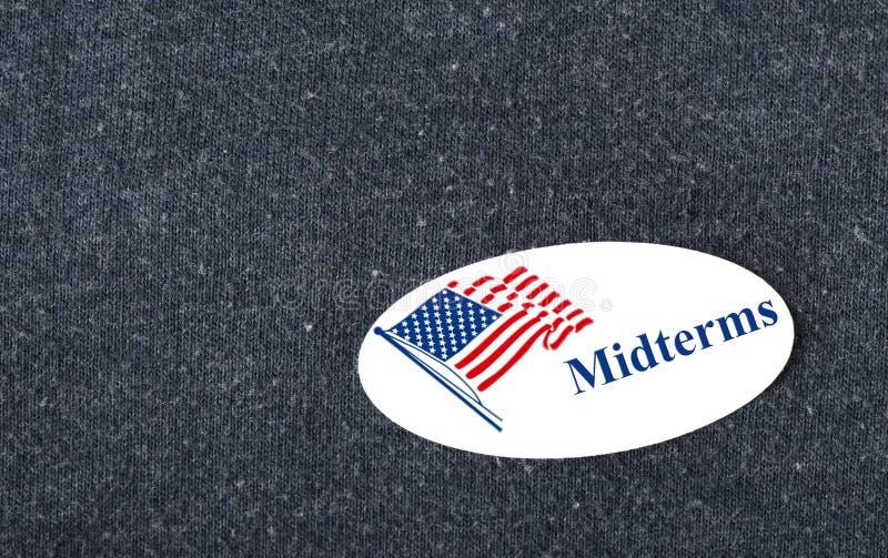 Стикер промежуточные выборы на рубашке стоковое изображение