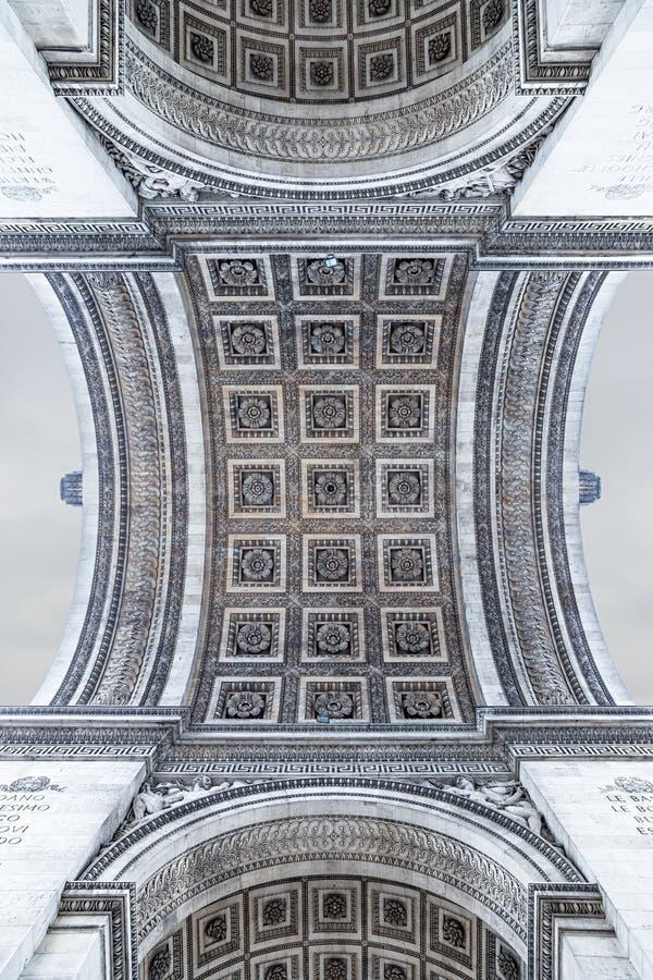 Стилизованный взгляд Триумфальной Арки в Париже как увидено из-под стоковое фото rf