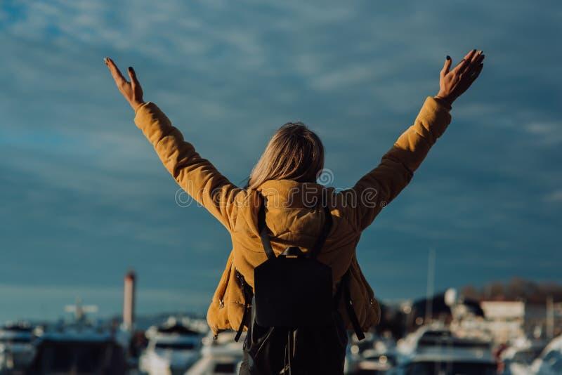 Стильная девушка в шляпе непознаваемой, стоит против фона морской станции в Сочи стоковое фото