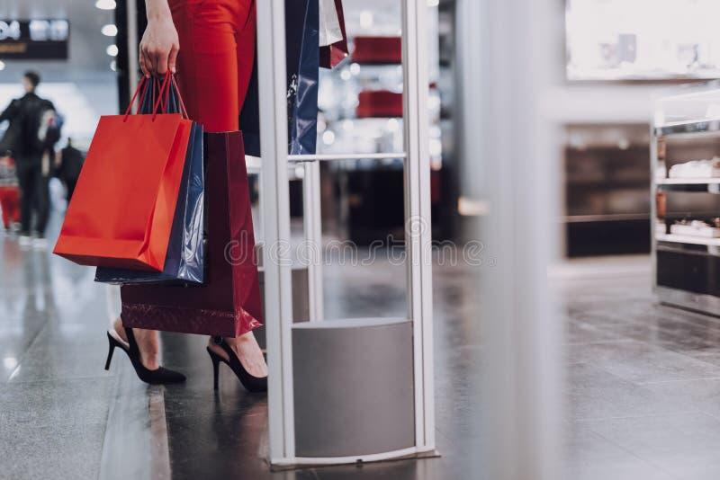 Стильная женщина входит в безпошлинный бутик стоковое фото rf