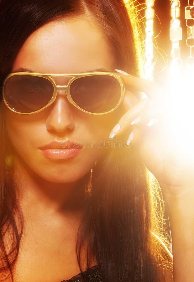 стильная женщина солнечных очков стоковое фото rf