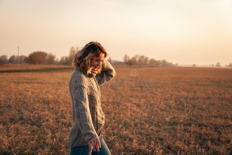 Стильная женщина хипстера стоковая фотография